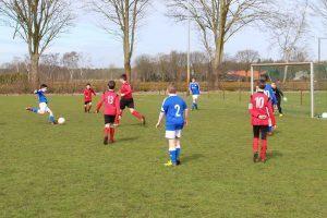Voetballende jeugd op Paaszaterdag